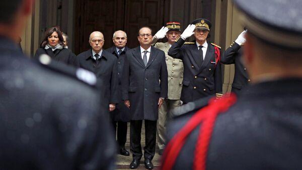 Мэр ПаМэр Парижа, министр внутренних дел, президент Франции и префект парижской полиции (слева направо) в ходе минуты молчания по погибшим в Charlie Hebdo