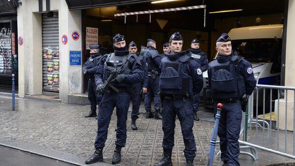 Офицеры французской полиции перед зданием редакции газеты Liberation, куда переехал журнал Charlie Hebdo