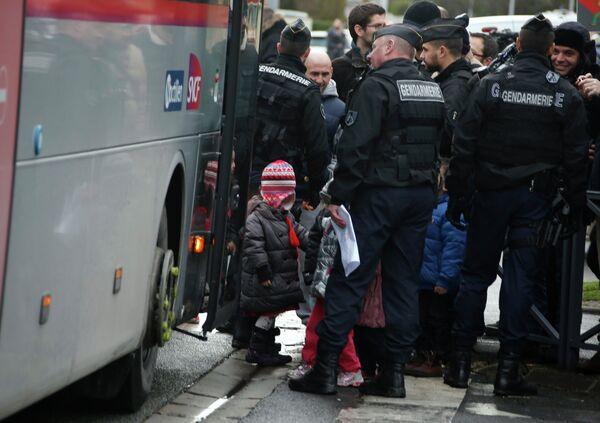 Французские жандармы эвакуируют школьников, с места в захвата заложников в промышленной зоне в города Данмартан-ан-Гоэль