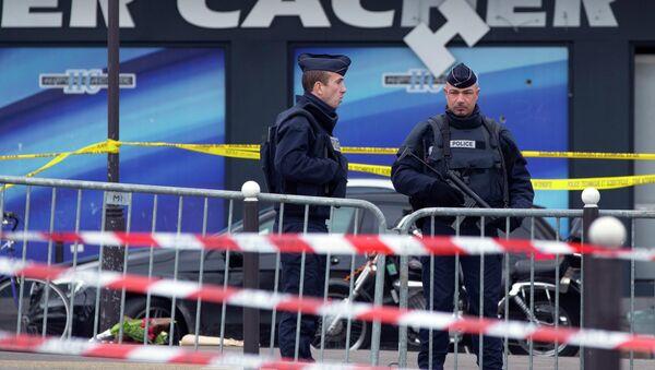 Сотрудники полиции у кошерного магазина в Париже, где были захвачены заложники, 10 января 2015