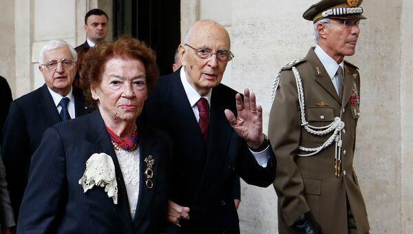 Ушедший в отставку президент Италии Джорджо Наполитано с супругой Клио покидают Квиринальский дворец
