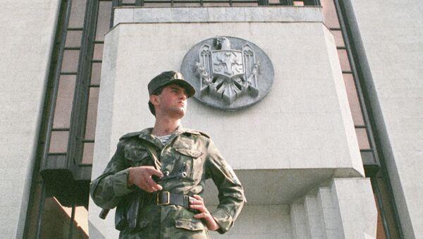 Сотрудник правоохранительных органов у Парламента Молдавии. Архивное фото