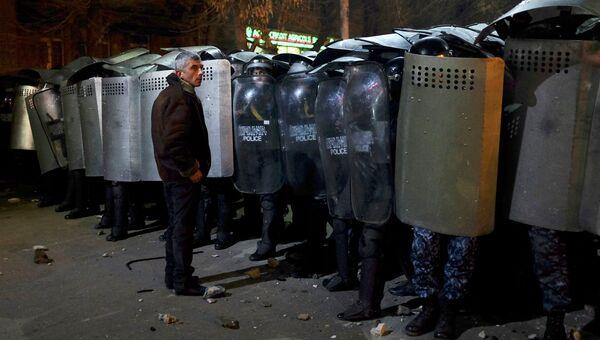 Полиция и протестующий в городе Гюмри, Армения