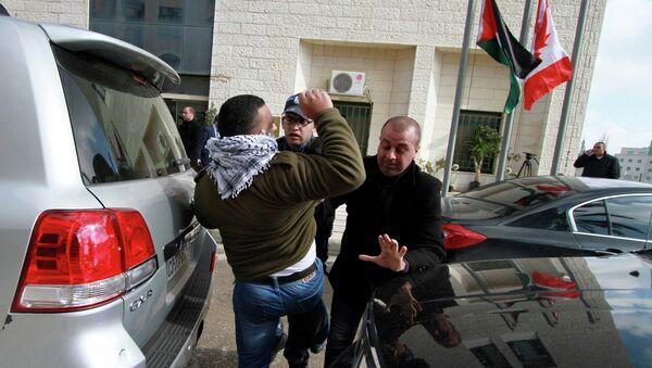 Протестующие в Рамалле забросали яйцами главу МИД Канады