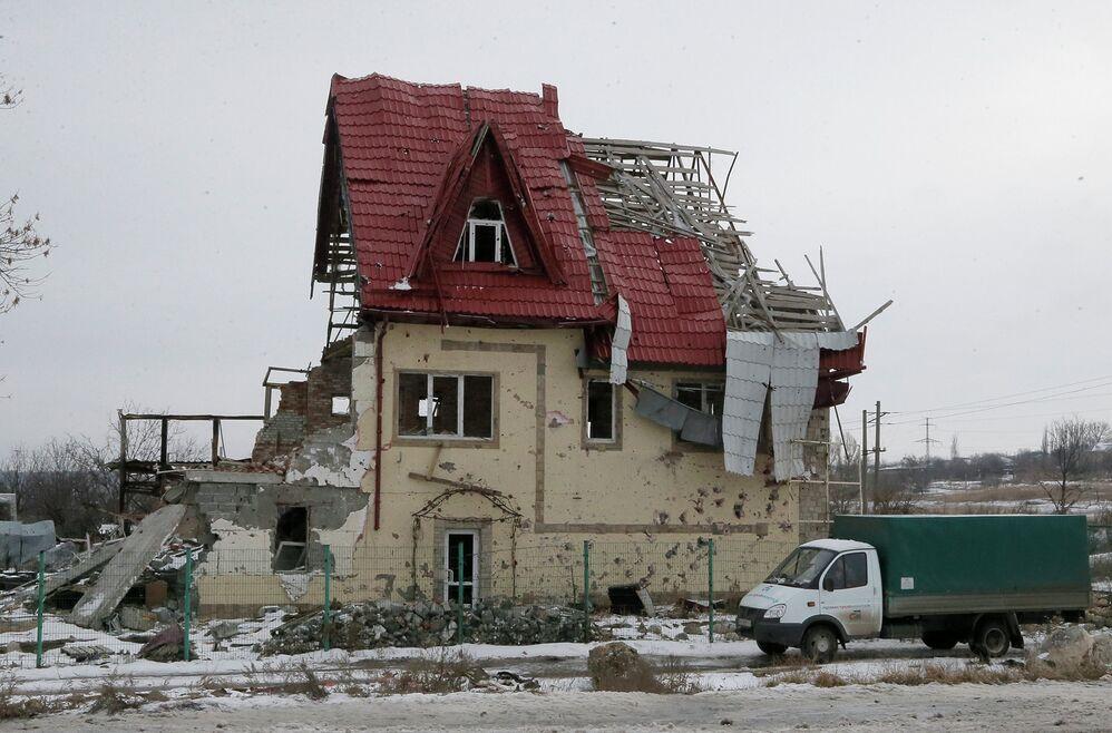 Разрушенный дом в Донецкой области, Украина