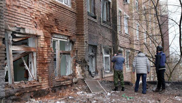 Журналисты осматривают больницу, поврежденную в результате обстрела Донецка украинской армией. Архивное фото