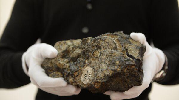 Осколок Челябинского метеорита доставлен в Москву