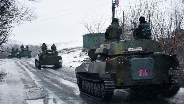 Колонна бронетехники ополченцев в Луганской области. Архивное фото