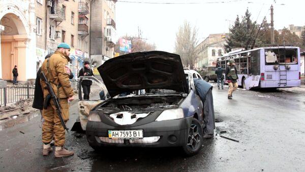 На месте происшествия в Ленинском районе Донецка, где произошел обстрел остановки общественного транспорта