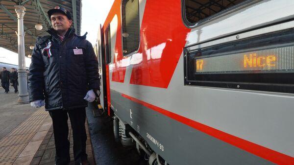 Проводник у нового вагона RIC международного поезда Москва – Ницца