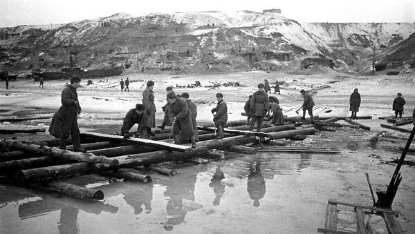 Инженерно-строительные войска строят переправу через Волгу во время Сталинградской битвы