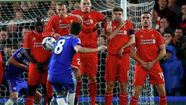 Игроки лондонского Ливерпуля защищают ворота в матче против команды Челси