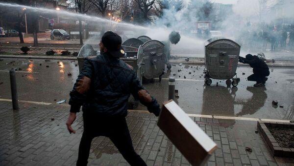 Полиция применяет водометы во время столкновений с демонстрантами в Приштине, Косово. 27 января 2015 год. Архивное фото