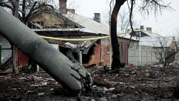 Разрушенный в результате обстрела дом в Петровском районе Донецка. Архивное фото