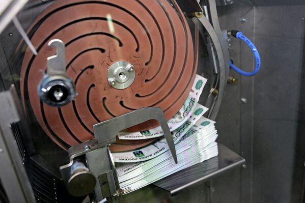 Упаковка денежных купюр на фабрике ФГУП Гознак в Перми