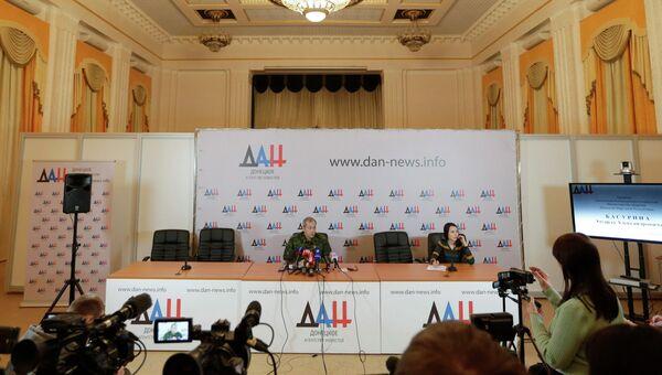 Замкомандира ополчения Донецкой народной республики (ДНР) Эдуард Басурин во время пресс-конференции. Архивное фото
