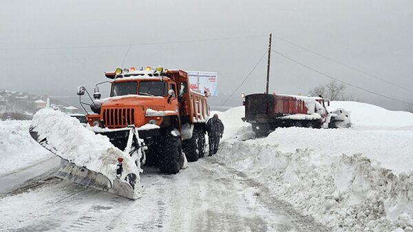 Атомобили специализированной пожарно-спасательной части очищают дорогу от снежных заносов