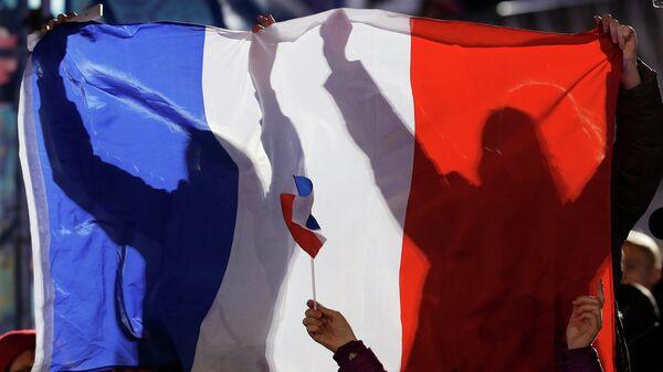 Люди держат флаг Франции. Архивное фото