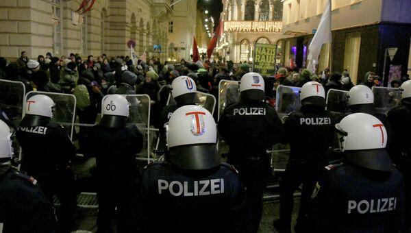 Полиция Австрии во время демонстраций против организуемого крайне правыми Академического бала в Вене. 30 января 2015 год