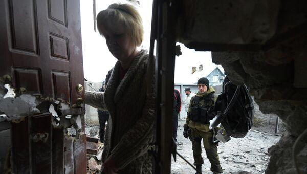 Ополченец у разрушенного в результате обстрела дома в Донецке. Архивное фото
