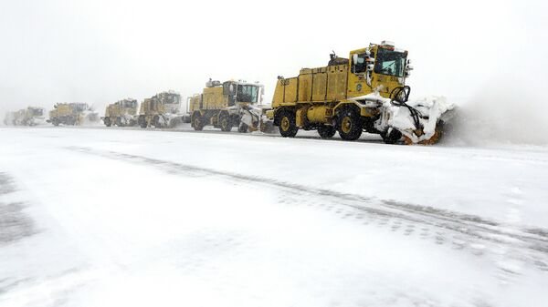 Уборка снега на взлетно-посадочной полосе аэропорта в США. Архивное фото