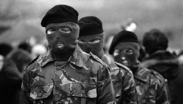 Члены Ирландской республиканской армии в масках. Архивное фото