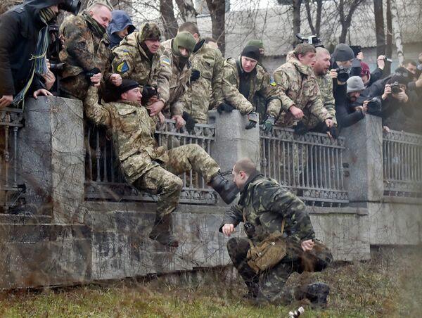 Военнослужащий Минобороны Украины пытается задержать бойца батальона Айдар