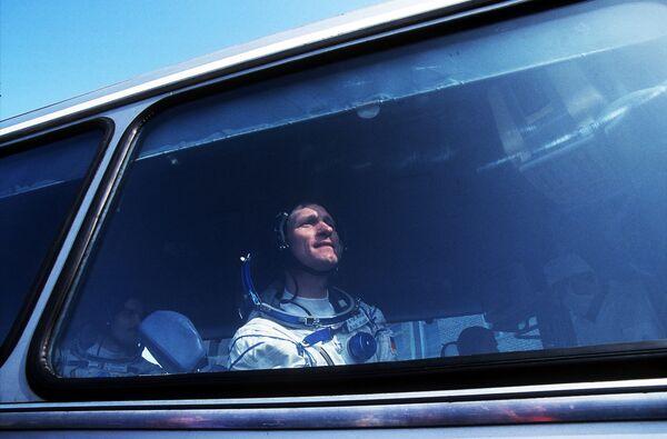 Немецкий астронавт Клаус-Дитрих Фладе на аэродроме Байконур перед отправкой в космос