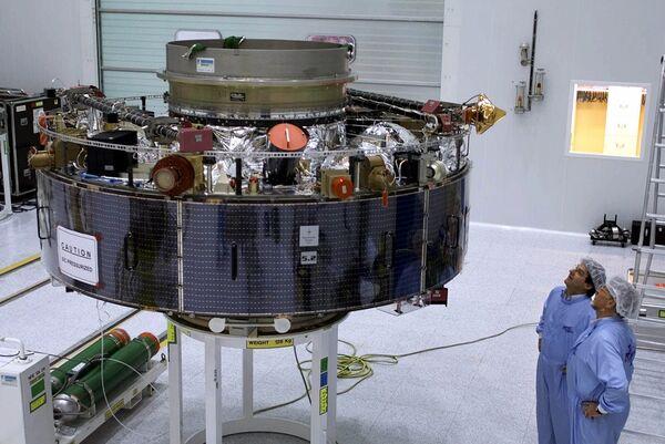 Французские специалисты обследуют один из модулей при подготовке к российско-французскому запуску ракеты