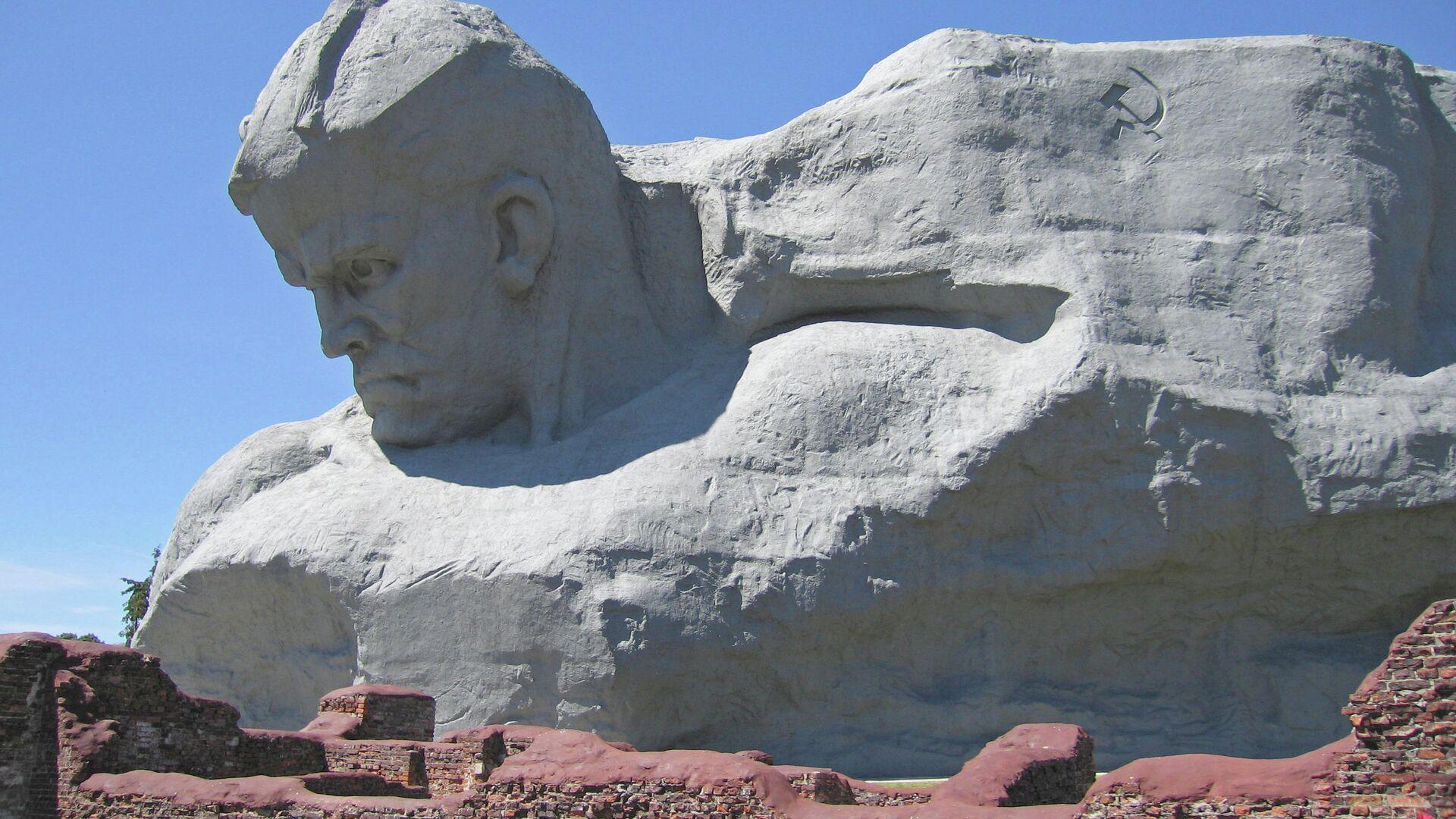 Монумент Мужество мемориального комплекса Брестская крепость - герой - РИА Новости, 1920, 07.05.2021