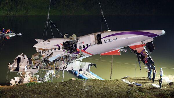 Спасательная операция на месте крушения самолета TransAsia Airways в Тайбэе