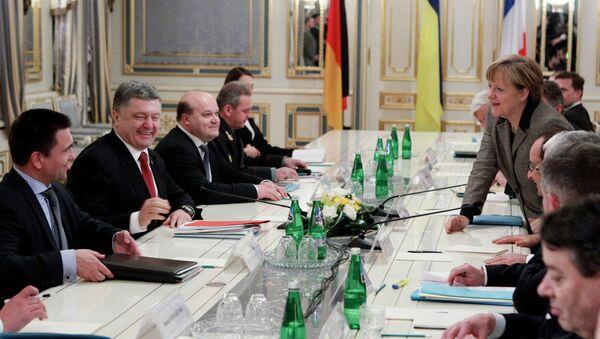 Канцлер ФРГ Ангела Меркель, президент Украины Петр Порошенко (второй слева) и глава МИД Украины Павел Климкин (слева) во время переговоров в Киеве 5 февраля 2015
