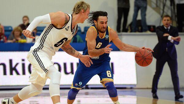 Игрок БК ВЭФ-Рига Янис Тимма (слева). Архивное фото