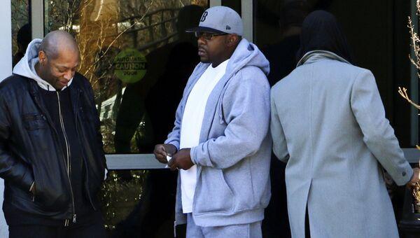 R&B-исполнитель Бобби Браун возле больницы, где находится его дочь Бобби Кристина Браун. 5 февраля 2015