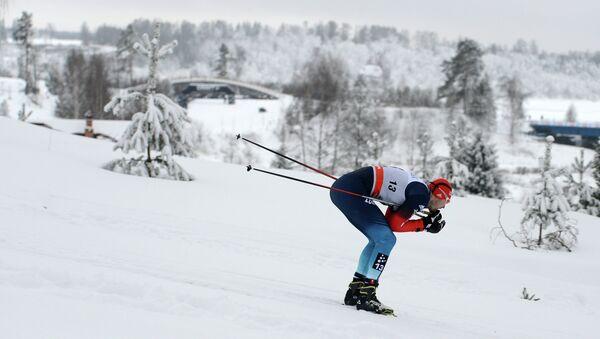 Российский лыжник Михаил Девятьяров во время гонки. Архивное фото.