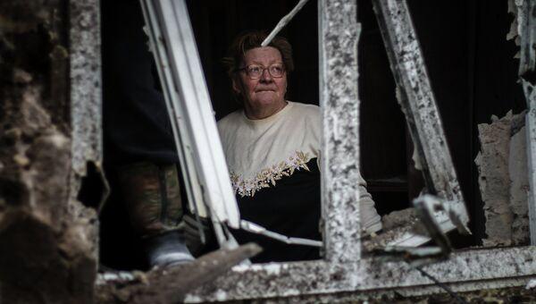 Женщина в доме, разрушенном в результате артиллерийского обстрела Донецка украинскими силовиками. Архивное фото