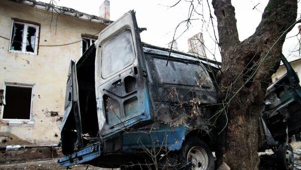 Пострадавший в результате обстрела микроавтобус. Архивное фото