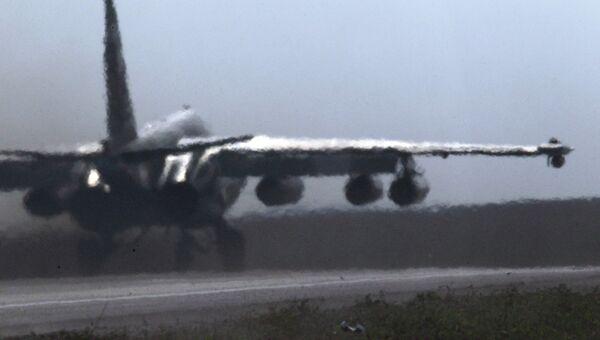 Штурмовик Су-25 Грач во время взлета. Архивное фото