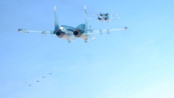 Истребитель-бомбардировщик Су-34 в небе над Ростовской областью. Кадры учений