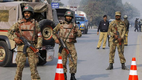Пакистанские военные на улице Пешавара. Архивное фото