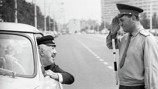 Французский киноактер Мишель Симон общается с сотрудником ГАИ на проспекте Калинина. 1969 год
