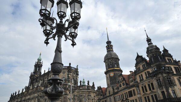 Кафедральный собор Святой Троицы Хофкирхе и Дрезденский дворец-резиденция (справа) в Дрездене