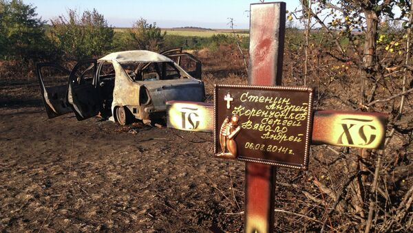Крест, установленный коллегами и друзьями на месте гибели фотокорреспондента МИА Россия сегодня Андрея Стенина в Донецкой области. Архивное фото