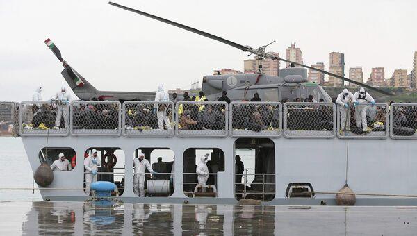 Мигранты из Ливии на итальянском военном корабле в порту Сицилии. 17 февраля 2015