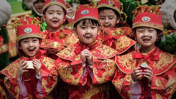 Дети одетые в традиционные костюмы во время подготовки к китайскому Новому году в Гонконге