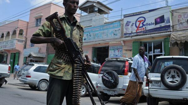 Солдат правительственных войск Сомали патрулирует одну из улиц Могадишо