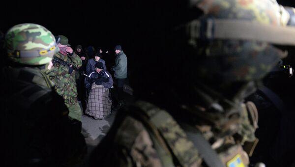 Военнопленные ДНР и ЛНР (на дальнем плане) во время процедуры обмена. Архивное фото