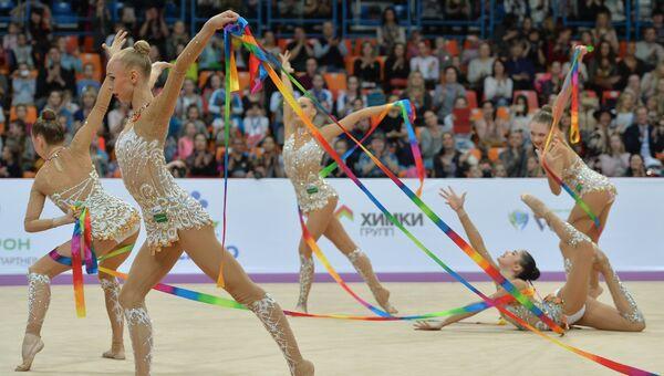 Гимнастки сборной России выполняют групповые упражнения с пятью лентами. Архивное фото