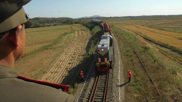 Поезд с русскими рабочими, прибывающий в Северную Корею для реконструкции железных дорог