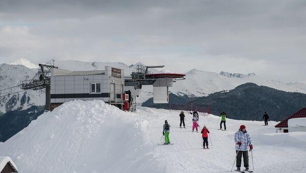 Отдыхающие на одной из трасс горнолыжного курорта Роза Хутор